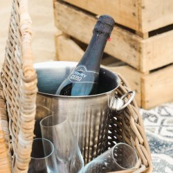 Picknickmand met champagne en jullie favoriete snacks